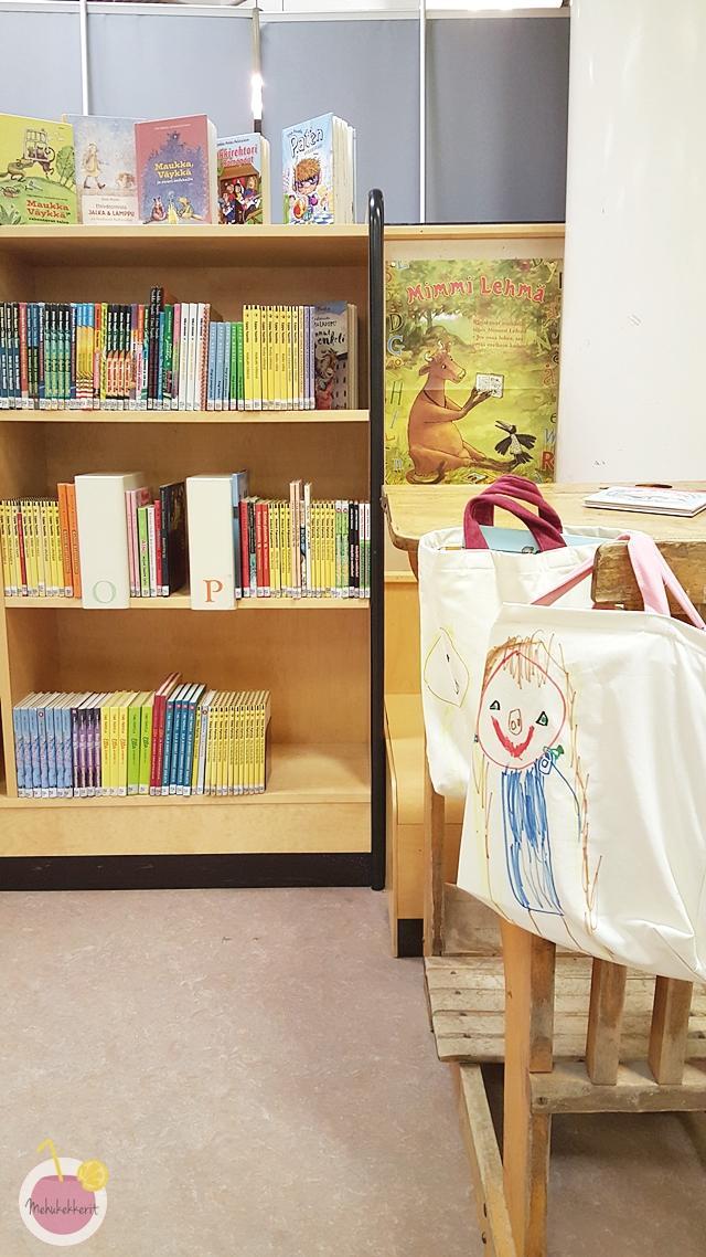 Lasten piirtämät kirjastokassit
