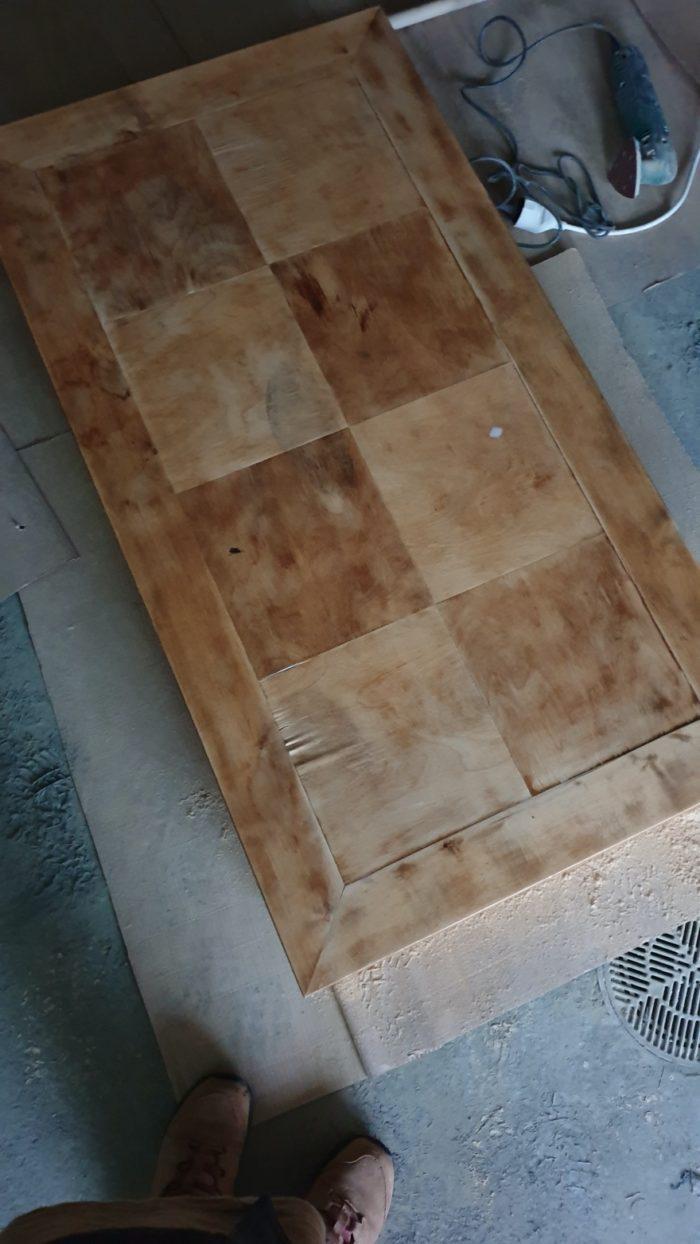 Pöydän Hionta Ja Lakkaus Ensimmäisen Lakkauksen Jälkeen