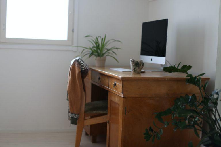 Vanhan puisen työpöydän hionta ja lakkaus